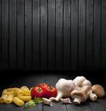 Fondo italiano delle verdure dell'alimento della pasta fotografie stock