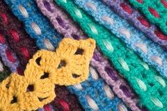 Fondo kniting hecho a mano de la textura de las tiras de las lanas Foto de archivo libre de regalías
