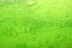 Fondo líquido verde de las burbujas de jabón Foto de archivo libre de regalías