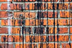 Fondo la colocación de ladrillos rojos con las rayas negras Fotos de archivo libres de regalías