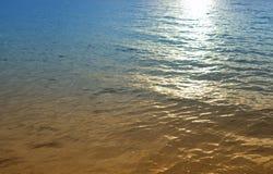 Fondo leggero riflettente di alba Mattina in mare bello Immagine Stock