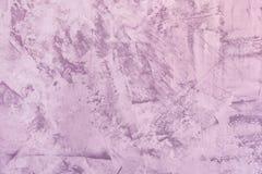 Fondo ligero abstracto de la lila Textura de la pared enyesada desigual Masilla con las manchas y la aspereza La base para fotos de archivo