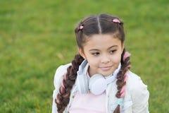 Fondo lindo de la hierba verde del niño de la muchacha Niño feliz emocional sano que se relaja al aire libre Consiga feliz Muchac imagen de archivo