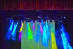 Fondo luminoso con i raggi di colore e dell'attrezzatura di luce leggeri Progettazione dello spettacolo di luci immagini stock