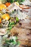Fondo mágico de la Navidad - madera del vintage, bastón de caramelo, casa, canela, anís de estrella, mandarines dulces con las ho Foto de archivo