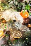 Fondo mágico de la Navidad - madera del vintage, bastón de caramelo, casa, canela, anís de estrella, mandarines dulces con las ho Imágenes de archivo libres de regalías