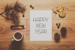 Fondo mágico del tema del Año Nuevo, conos del pino, café, galletas Imágenes de archivo libres de regalías