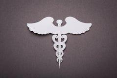 Fondo médico, corte del papel del símbolo médico del caduceo Imagen de archivo
