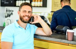 Fondo móvil del barista del café de la conversación del hombre Café de la bebida mientras que espera El café se lleva la opción p fotos de archivo