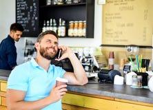 Fondo móvil del barista del café de la conversación del hombre Café de la bebida mientras que espera Mujer joven en la playa de l fotos de archivo