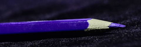 Fondo macro con el lápiz púrpura imagenes de archivo