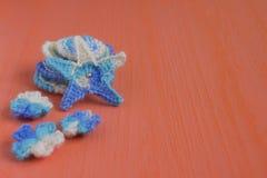 Fondo marino con los elementos del arte del ganchillo del cordón del algodón: las estrellas, cáscaras, flores hechas suavemente d Foto de archivo libre de regalías