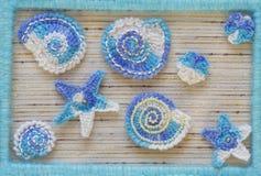 Fondo marino con los elementos del arte del ganchillo del cordón del algodón: las estrellas, las cáscaras, las flores y el marco  Imagenes de archivo