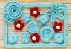 Fondo marino con los elementos del arte del ganchillo del cordón del algodón: las estrellas, las cáscaras, las flores y el marco  Fotografía de archivo
