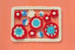 Fondo marino con los elementos del arte del ganchillo del cordón del algodón: las estrellas, las cáscaras, las flores y el marco  Fotos de archivo libres de regalías