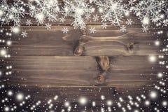 Fondo marrone di natale e bianco come la neve di legno con i fiocchi di neve Fotografia Stock Libera da Diritti