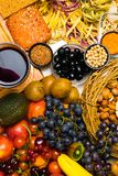 Fondo Mediterraneo dell'alimento Assortimento della frutta fresca, delle verdure, dei dadi, dei semi, dei fagioli e del vino Vist fotografie stock