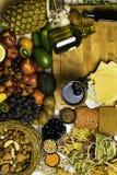Fondo Mediterraneo dell'alimento Assortimento della frutta fresca e del punto di vista superiore delle verdure immagini stock libere da diritti