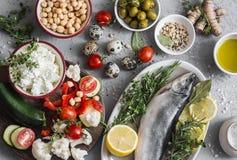 Fondo Mediterraneo dell'alimento di stile Pesce, verdure, erbe, ceci, olive, formaggio su fondo grigio, vista superiore Alimento  Immagine Stock Libera da Diritti