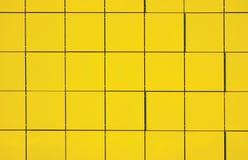 Fondo metálico amarillo claro del panel de la fachada Imagen de archivo