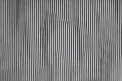 Fondo metallico astratto ondulato grigio con le strutture del metallo royalty illustrazione gratis