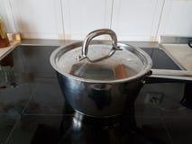 Fondo metallico della cucina del vaso della mensa immagine stock libera da diritti