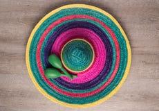 Fondo mexicano con el sombrero y maracas imagen de archivo libre de regalías