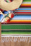 Fondo mexicano con la manta y el sombrero tradicionales Imagen de archivo libre de regalías