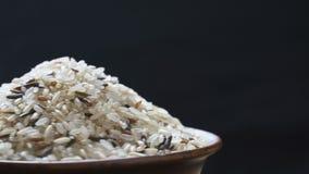 Fondo mezclado del arroz Arroz moreno, arroz salvaje mezclado, arroz blanco Textura para el fondo metrajes