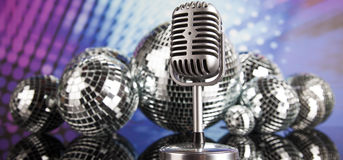 Fondo, micrófono y bolas de discoteca de la música Foto de archivo libre de regalías