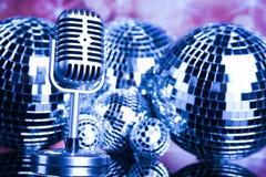 Fondo, micrófono y bolas de discoteca de la música Foto de archivo