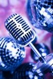Fondo, micrófono y bolas de discoteca de la música Imagenes de archivo
