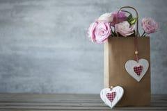 Fondo minimalistic di giorno di biglietti di S. Valentino della st con i fiori Immagini Stock Libere da Diritti
