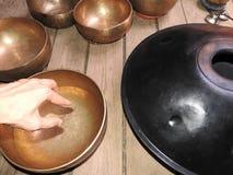 Fondo mistico con gli oggetti rituali di esoterico, occulti, divinazione, oggetti magici Occulto, esoterico, divinazione e immagini stock libere da diritti