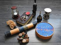 Fondo mistico con un vecchio libro, le candele ed altri attributi Halloween ed il concetto occulto del rituale di magia nera fotografie stock