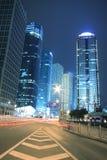 Fondo moderno del edificio de oficinas de la noche del coche con los rastros ligeros Fotos de archivo libres de regalías