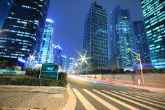 Fondo moderno dell'edificio per uffici della notte dell'automobile con le tracce leggere Immagine Stock Libera da Diritti