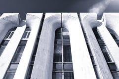 Fondo moderno di architettura - vista dal basso di prospettiva di alta costruzione moderna Fotografia Stock