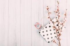 Fondo moderno mínimo de la venta que hace compras, bandera Rama floreciente de la cereza con las flores, el bolso de compras y el imagen de archivo