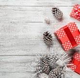 Fondo moderno, tarjeta de felicitación de la Navidad, en el fondo blanco con los regalos, regalos hechos a mano en estilo moderno Imágenes de archivo libres de regalías
