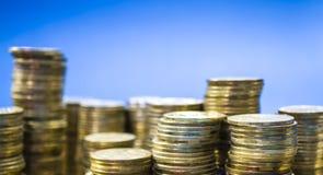 Fondo monofónico azul Torres de monedas Ucraniano Hryvnia Dinero y finanzas, beneficio Negocios acumulación imagen de archivo