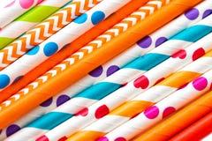 Fondo multicolor del día de fiesta del primer de los tubos del cóctel imagen de archivo