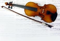 Fondo musical con las notas y el violín fotos de archivo