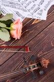 Fondo musicale con il fiore rosa Fotografie Stock Libere da Diritti