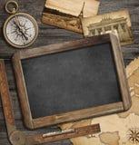 Fondo náutico de la aventura con el mapa del tesoro, compás, pizarra Fotos de archivo libres de regalías