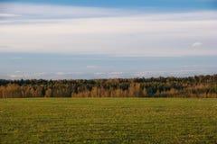 Fondo natural abstracto Campo y bosque de la primavera foto de archivo libre de regalías