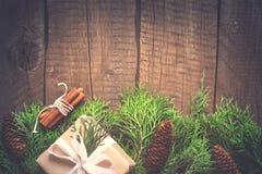 Fondo natural del Año Nuevo de la Navidad Ramas coníferas con Foto de archivo