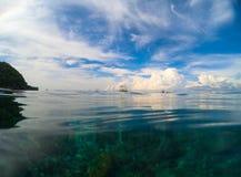 Fondo natural del cielo y del mar Agua del paisaje y foto dobles del cielo Imagen de la playa Fotos de archivo