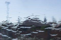Fondo natural del descenso del agua Vidrio de la ventana con las gotitas de la agua corriente fotografía de archivo libre de regalías