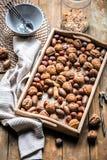 Fondo natural hecho de diferentes tipos de nueces imagen de archivo